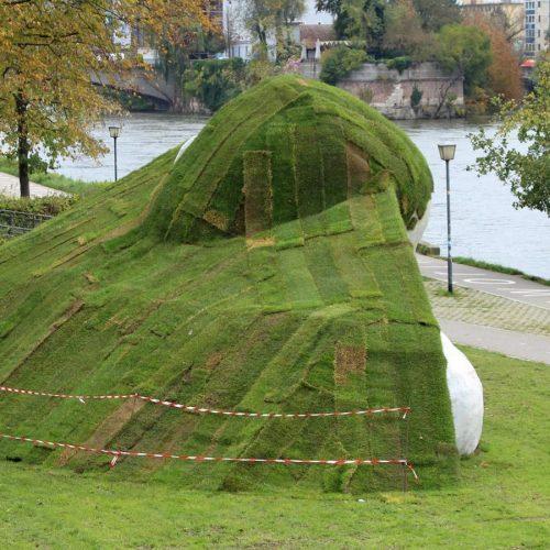 Am Ufer von der Donau in Ulm steht eine Riesenskulptur